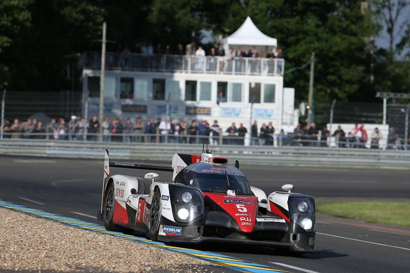 Le Mans 24 Hours: Toyota resists Porsche into final hour