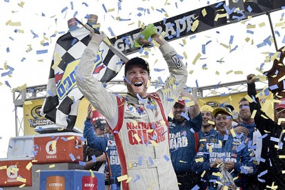 Martinsville NASCAR: Dale Earnhardt Jr fends off Jeff Gordon