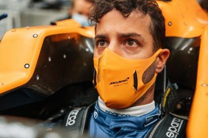 Erste Sitzprobe im MCL35M: Daniel Ricciardo besucht McLaren-Werk