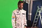 Fernando Alonso posa con la nuova tuta della McLaren