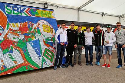 I piloti SBK aiutano per un record con il cubo di Rubik
