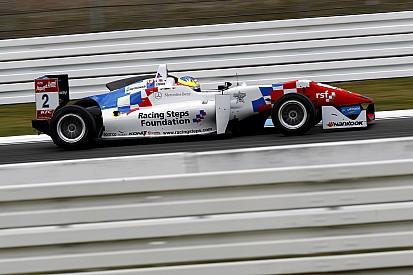 Деннис одержал победу в первой гонке в По