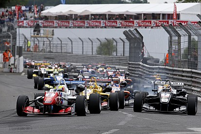Dennis vuelve a ganar en una carrera accidentada
