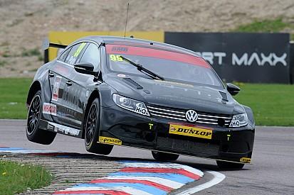 Plato domina una acortada primera carrera en Oulton Park