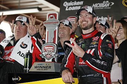 Kurt Busch sobrevive a la lluvia para ganar en Michigan