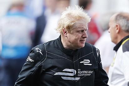 Le maire de Londres en démonstration au volant d'une Formule E!
