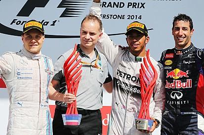 Crítico de troféus, Hamilton quer prêmio de ouro ao invés de plástico