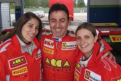 Allo Spino due ragazze sulle Ferrari dell'Isolani Racing Team