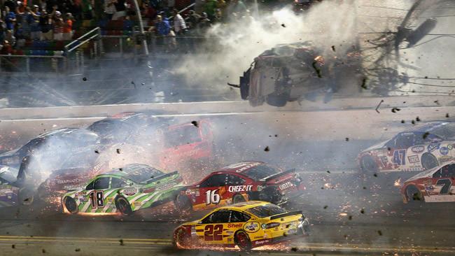 Tragedia sfiorata a Daytona: Dillon sfonda le reti!