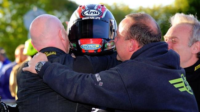 Ian Hutchinson ritrova la vittoria al TT dopo 5 anni!