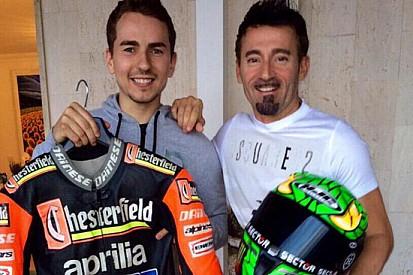 Scambio di doni tra Jorge Lorenzo e Max Biaggi