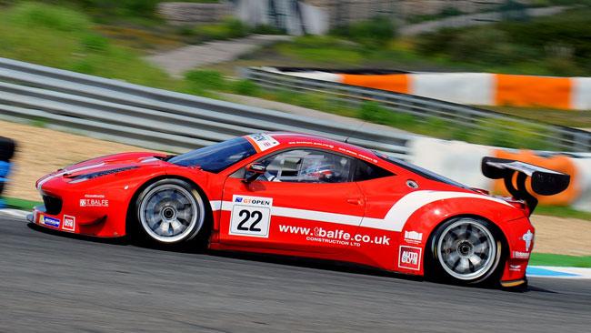 Phil Keen piazza la Ferrari Balfe in pole in gara 1