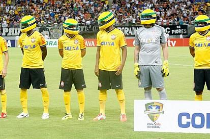 I giocatori del Corinthians indossano il casco di Senna