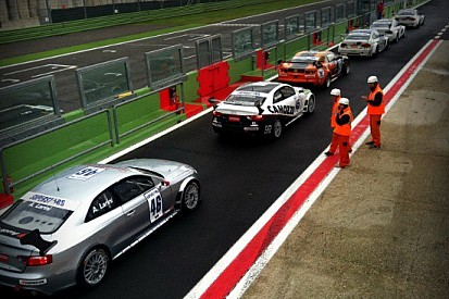Andrea Larini guida la doppietta Audi