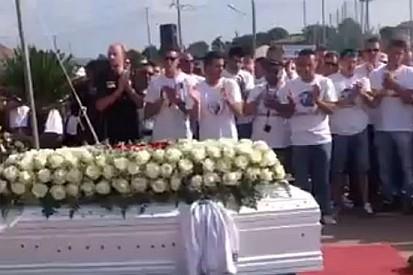 Una grande folla al funerale di Andrea Antonelli