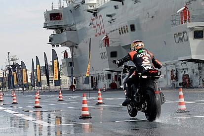 """Max Biaggi """"sfida"""" una portaerei per la Pirelli"""