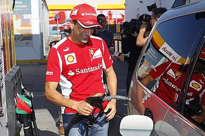 Marc Gené si improvvisa benzinaio a Madrid