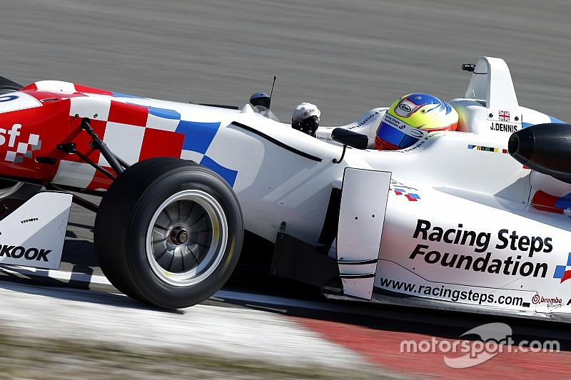 Деннис выиграл первую гонку в Шпильберге