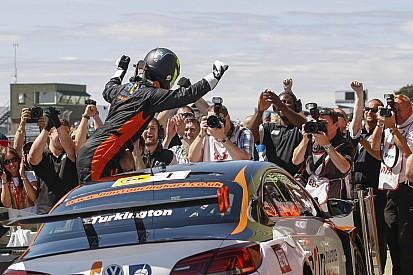 Snetterton BTCC: Turkington wins again as Hondas collide
