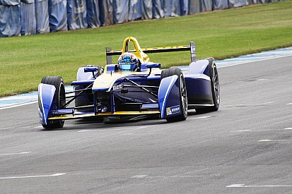 Tests Donington - Renault et DS en seamless, Piquet en laisse