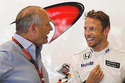 سائق الفورمولا واحد جنسن باتون يختبر سيارة رالي كروس: ميني وفولكساغن بيتل