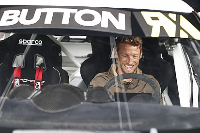 Jenson Button prueba un Mini y un VW Beetle de rallycross