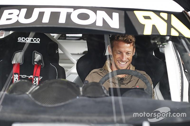 Jenson Button curte folga e pilota Fusca em rallycross