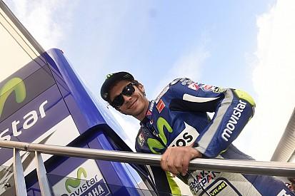 Rossi lidera el warm-up en una pista mojada