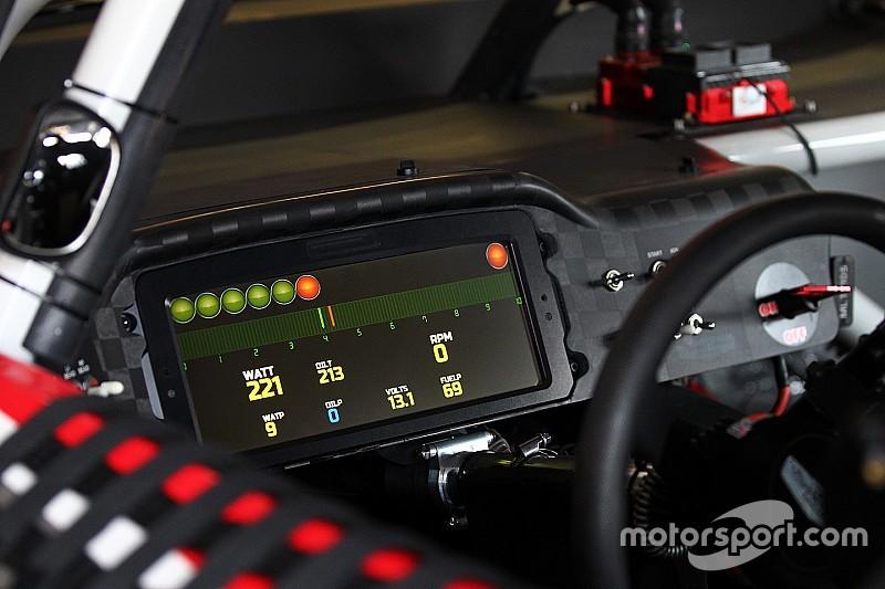 Kurt Busch se torna o primeiro piloto da NASCAR a usar painel digital