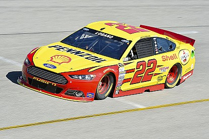 "Logano ""rouba"" pole de Kenseth em Richmond"