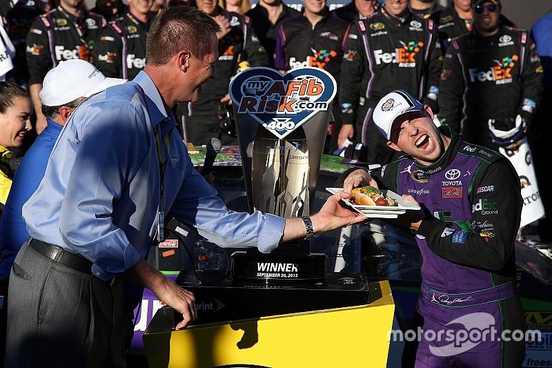 Denny Hamlin gana la primera carrera del Chase en Chicago