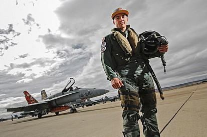 Maverick Vinales si diverte su un F-18 prima di Aragon