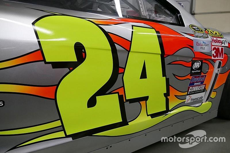 Jeff Gordon zeigt das Autodesign für sein letztes NASCAR-Rennen