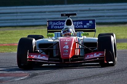 رولاند يفوز بسباق لومان الأول ويقترب من التتويج بلقب فورمولا رينو 3.5