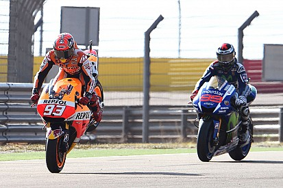 Márquez baja el récord de Aragón para lograr la pole y luego choca