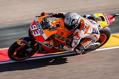 Marquez cade, ma piazza pole e record ad Aragon
