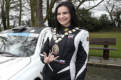 Acropoli, anteprima: La Tushkanova con una Clio RS