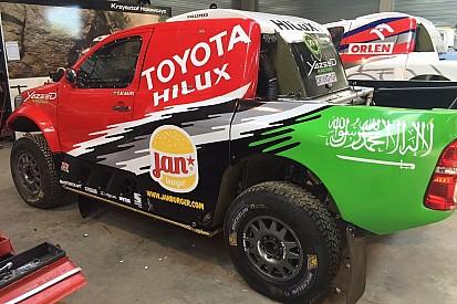 الراجحي يوقّع مع مصنع تويوتا ويقود سياراته في الراليات الصحراوية