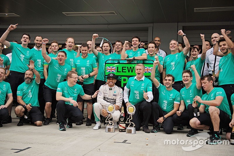 Daimler-Chef Dieter Zetsche gratuliert Mercedes zum Titelgewinn