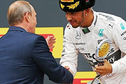 Hamilton falha cumprimento, mas nega molhar Putin no pódio