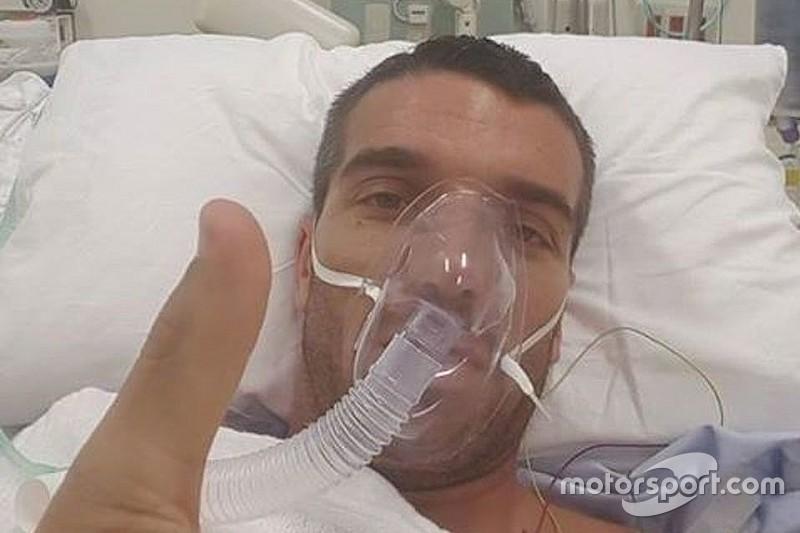 No hospital, de Angelis publica foto e tranquiliza fãs