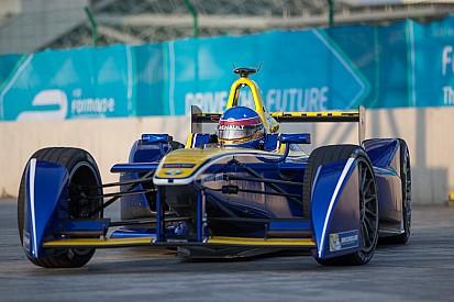 В Renault озадачены поломкой заднего антикрыла на машине Проста