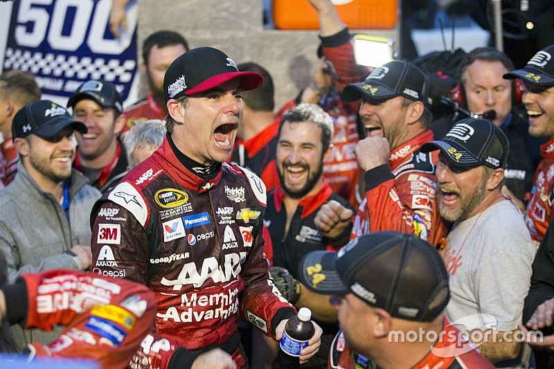 Gordon wins Martinsville, will fight for fifth title in season finale