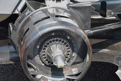 Mercedes: cestelli dei freni posteriori aperti
