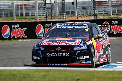 Whincup takes dominating victory in first Auckland sprint race