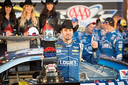 Jimmie Johnson wint in Texas na spannend slot