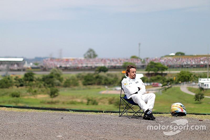 """Banho de sol"" de Alonso vira fenômeno nas redes sociais"
