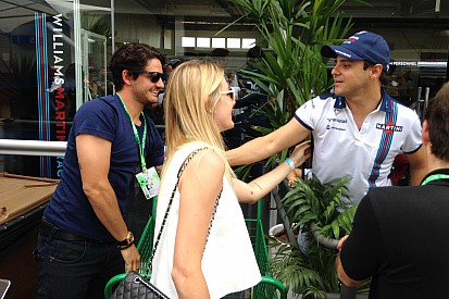 Ao lado de Fiorella, Pato visita o paddock em Interlagos