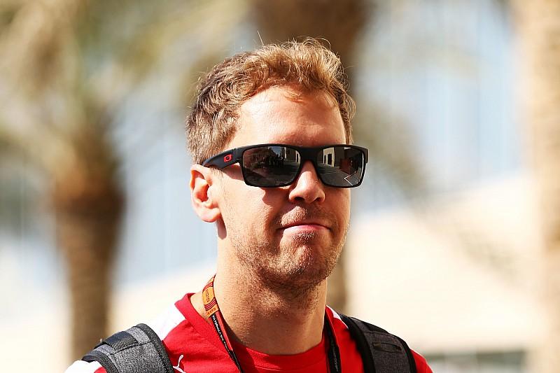Vettel surpreende engenheiro e canta parabéns via rádio