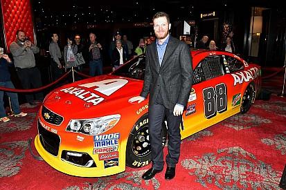 Dale Jr mostra pintura de seu carro com patrocínio de Gordon